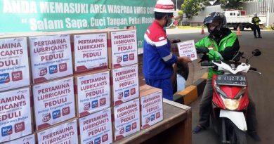 Karyawan Pabrik Pelumas Pertamina Jakarta Bagi-Bagi Sembako ke Pengemudi Transportasi Umum