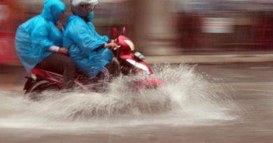 Ada Genangan Air, Jangan Asal Trabas! Begini Cara Bermotor Aman Hadapi Banjir